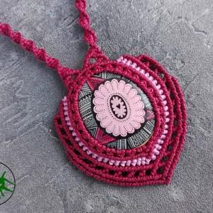 Naszyjnik makrama z malowanym kamykiem bordo