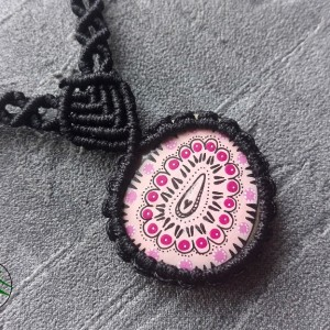 Naszyjnik makrama z malowanym kamykiem różówy