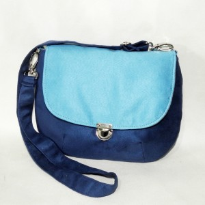 Niebieska listonoszka w stylu retro / vintage