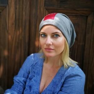 szara czapka z folkowa wstawką czerwoną
