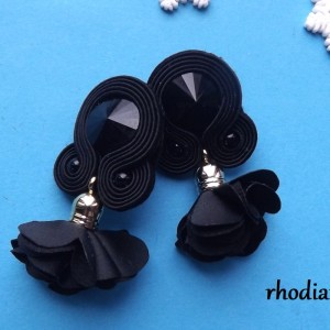 Czarne z kwiatowym Chwostem kolczyki sutasz