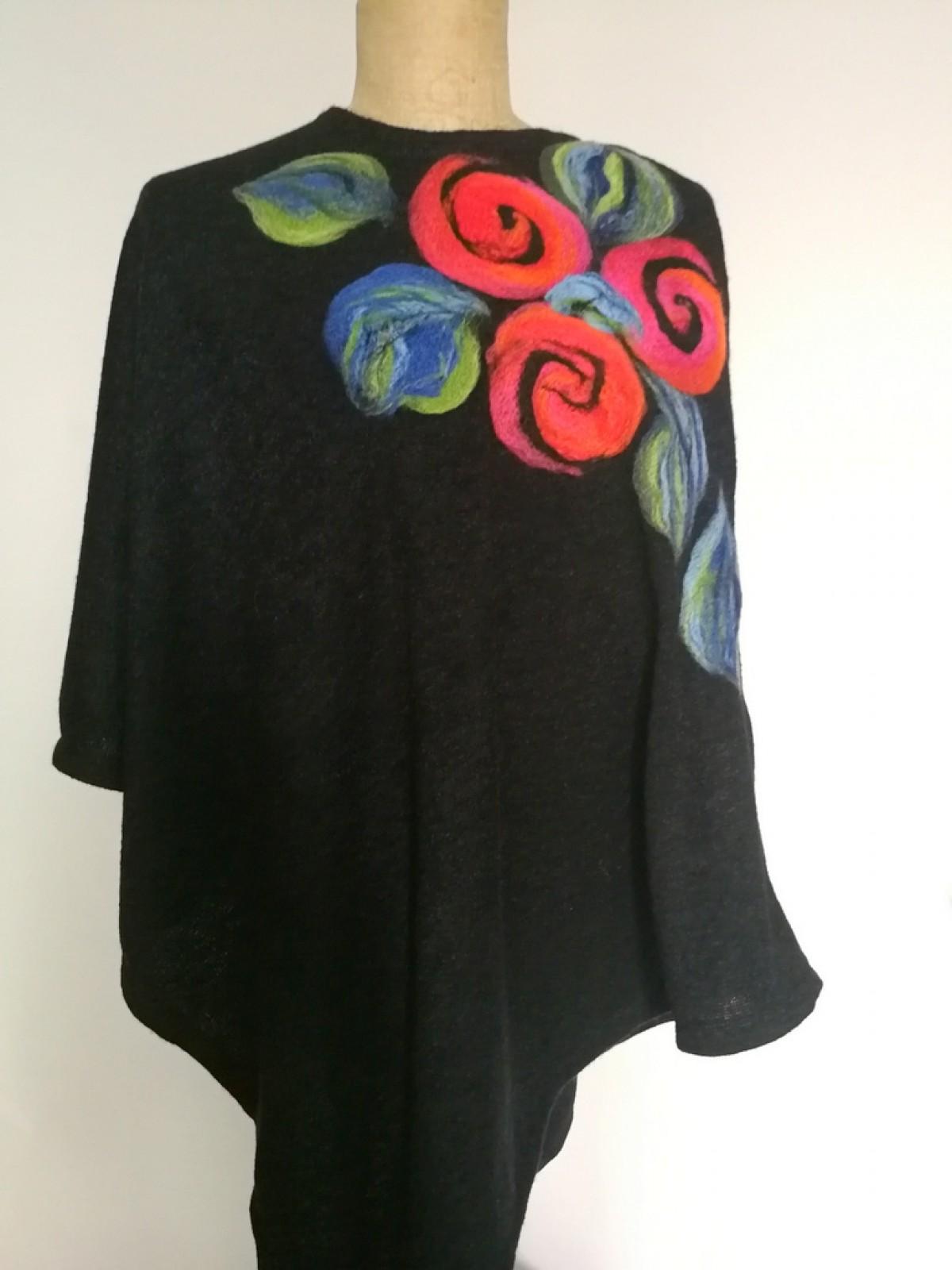 poncho z dzianiny wełnianej czarne handmade w kwiaty