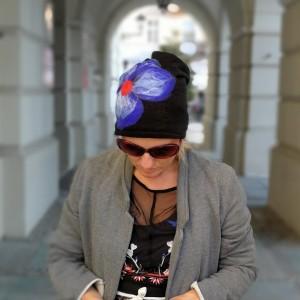 czapka wełniana damska czarna z kwiatem czapka handmade zimowa