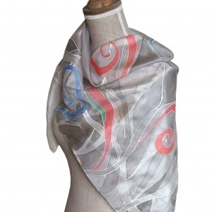 Ręcznie malowana jedwabna chusta Szara z akcentami koloru