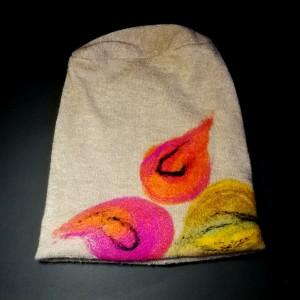 czapka wełniana filcowana beżowa zimowa handmade w kwiaty na podszewce