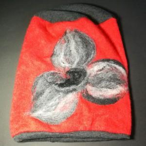 czapka wełniana filcowana malinowa zimowa handmade w kwiaty na podszewce
