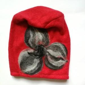 czapka wełniana filcowana czerwona zimowa handmade w kwiaty na podszewce