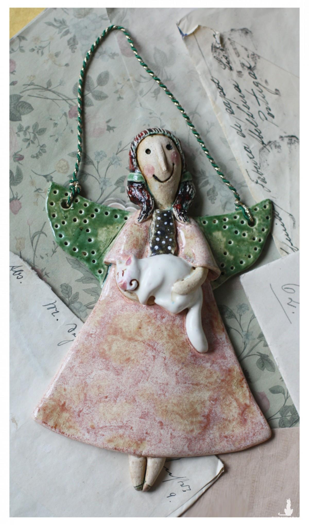 Aniołek wiszący z białym kotkiem