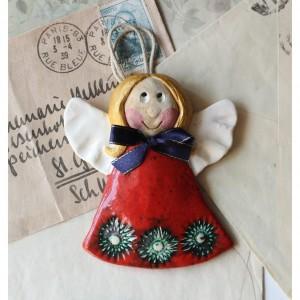 Aniołek lepiuch w czerwonej sukience