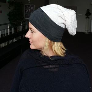 czapka mała damska szara z motywem wełnianej kremowej góry