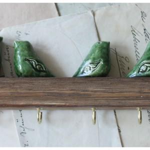 Wieszak z zielonymi ptaszkami