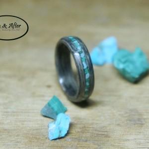 Drewniany pierścionek z szarego dębu z paskiem malachitu i turkusu