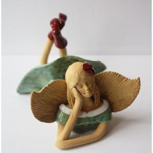 Anioł leżący seledynowy z kwiatem we włosach