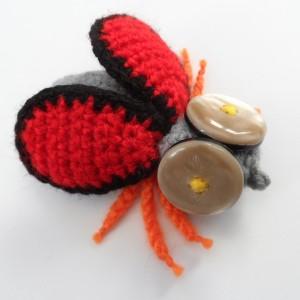 Broszka szydełkowa mucha 055