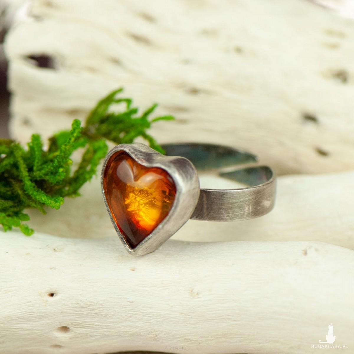 Pierścionek srebrny z bursztynowym sercem a708