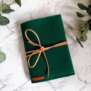 Filcowa okładka na książkę/zeszyt A5 zielona.