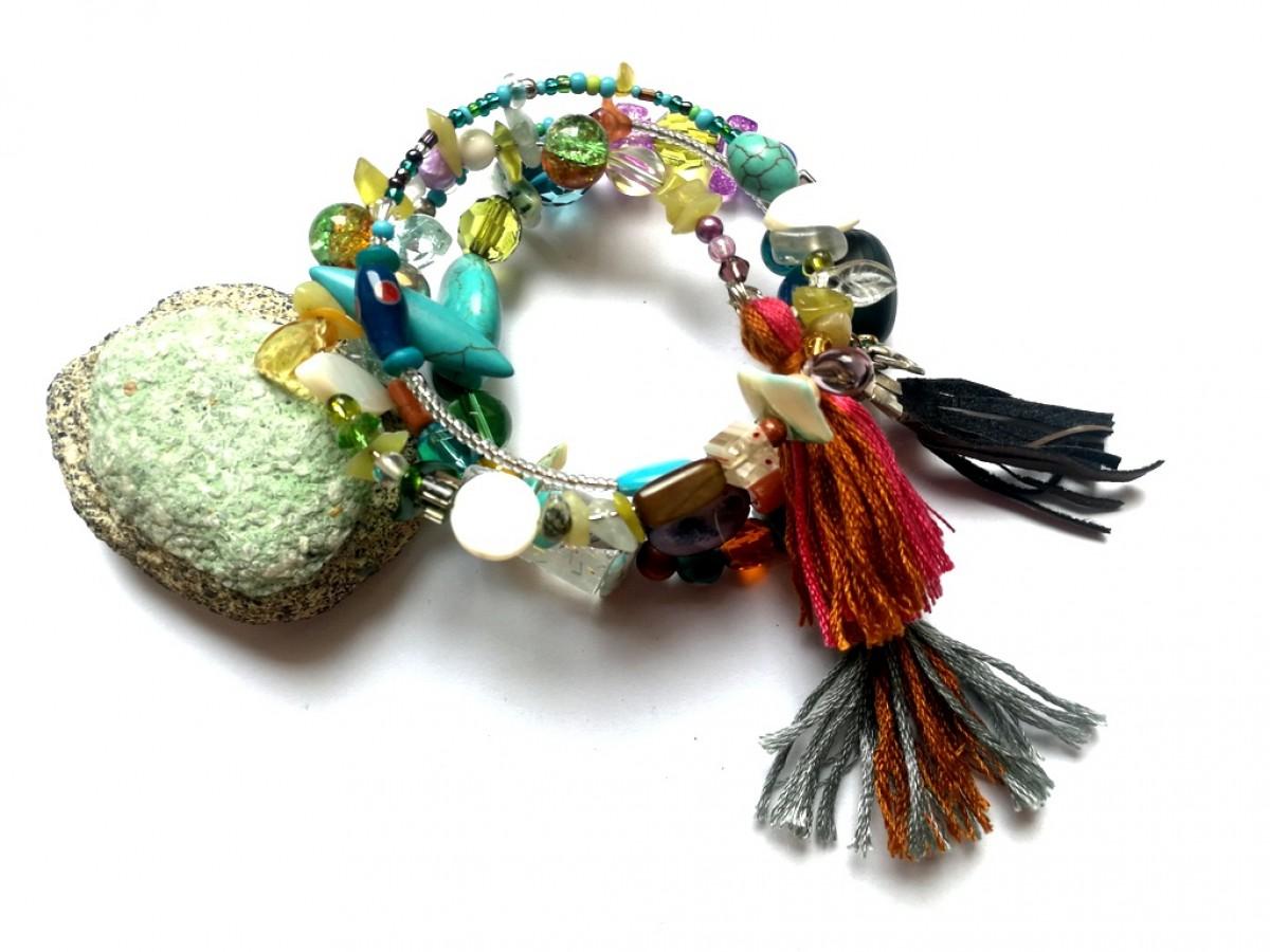 bransoletka damska koralikowa z frędzlem w stylu boho