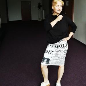 spódnica ołówkowa drukowana w gazetę rozmiar M
