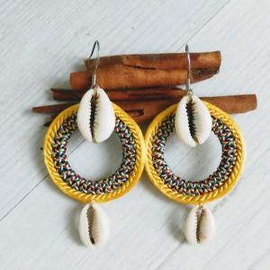Kolczyki z muszelkami kauri z linii Round Ethnic żółte