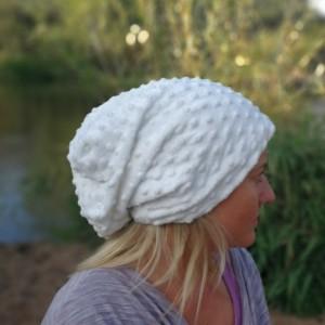 czapka damska biała handmade- box 44- poezja- nie wszystkie białe ścieżki prowadzą do Śnieżki