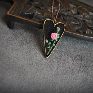 Haftowany wisior- Różane serce