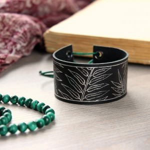 Skórzana bransoletka ze srebrną grafiką
