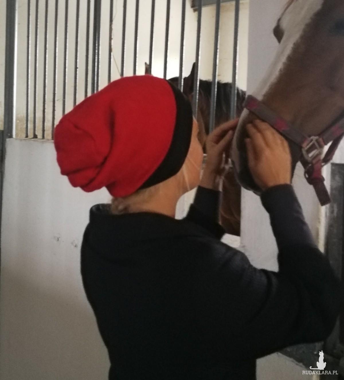 czapka damska czerwono czarna uniwersalna
