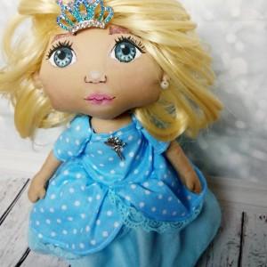 Królewna aniołek w niebieskiej sukience