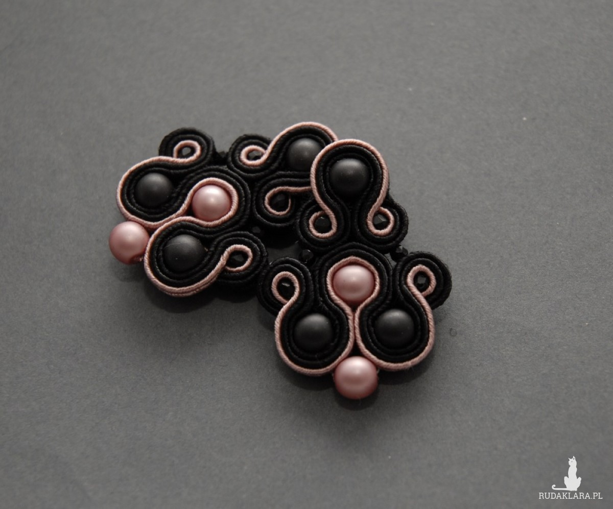 czarno-różowe kolczyki lub klipsy sutasz
