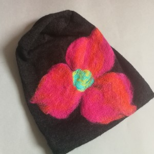 Czapka wełniana filcowana czarna zimowa handmade w kwiaty