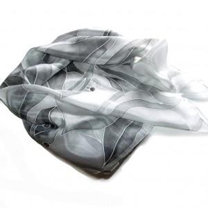 Szara ze srebrem, ręcznie malowana chusta jedwabna