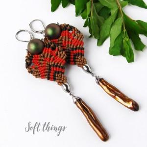 Leśne skarby - lekkie kolczyki ze złotymi perłami, makrama