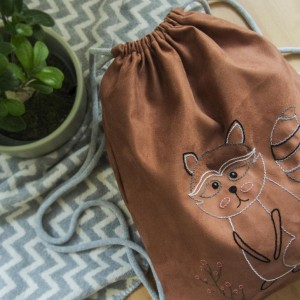 Duży zamszowy plecak z haftowanym szopem