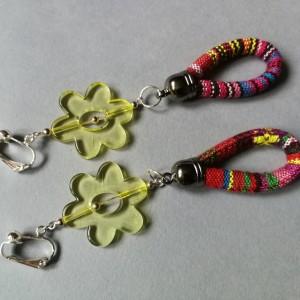klipsy w stylu orientalnym  etno boho, motyw żółtych kwiatów i  pasiasta lina
