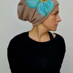 czapka wełniana damska etno boho filc bezowa z turkusowym kwiatem handmade