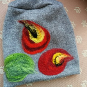 czapka handmade wełniana z kwiatem-czesanką filcowane czapki wełniane -