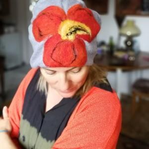czapka handmade wełniana z kwiatem przeceniona
