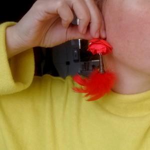klipsy kwiaty i piór czerwone, leciutkie,pojedynczy egzemplarz, polecam-box x1