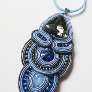 Niebiesko-szary wisior z kryształkami