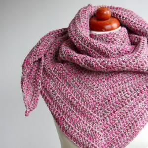 Szydełkowa kolorowa chusta z różem robiona ręcznie