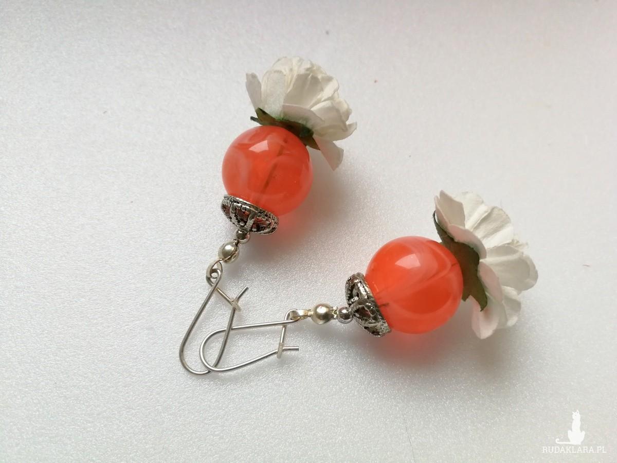 kolczyki w kolorze koralowym z białymi papierowymi kwiatami