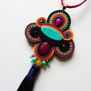 Granatowo-kolorowy wisior z chwostem