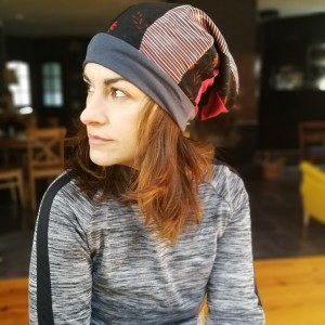 czapka smerfetka długa damska uniwersalna patchworkowa wykończona szarym ściagaczem
