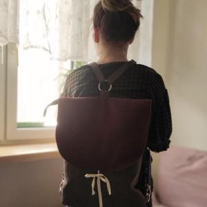 Plecak z wiśniową klapką w jodełkę