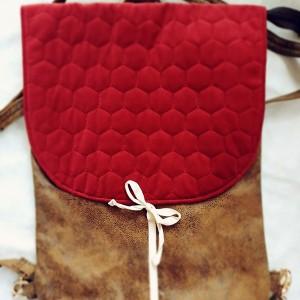 Plecak z czerwoną pikowaną klapką