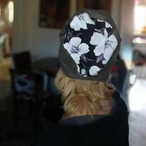 czapka damska z kwiatami wiosenna