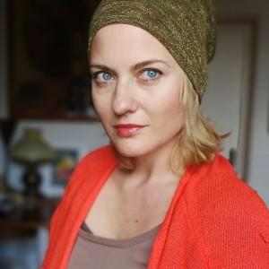 czapka damska w kolorze rdzawo złotym