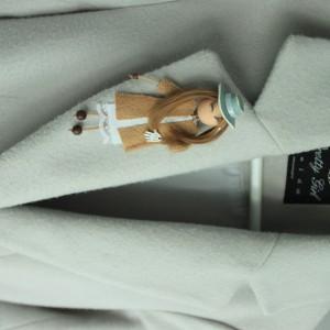 Broszka Lalka w płaszczu i kapeluszu