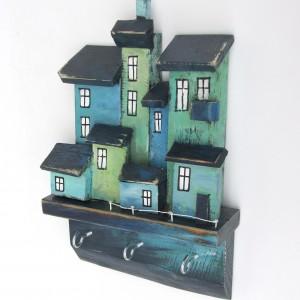 Drewniany wieszak, granatowo-turkusowe domki