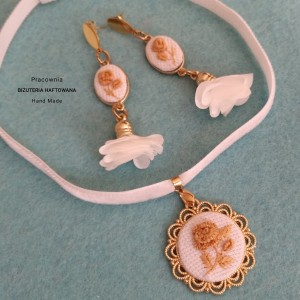 Komplet ślubnej biżuterii haftowanej